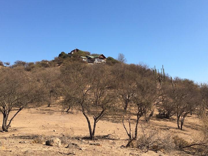 Preciosa cabaña en la cima de un cerro.