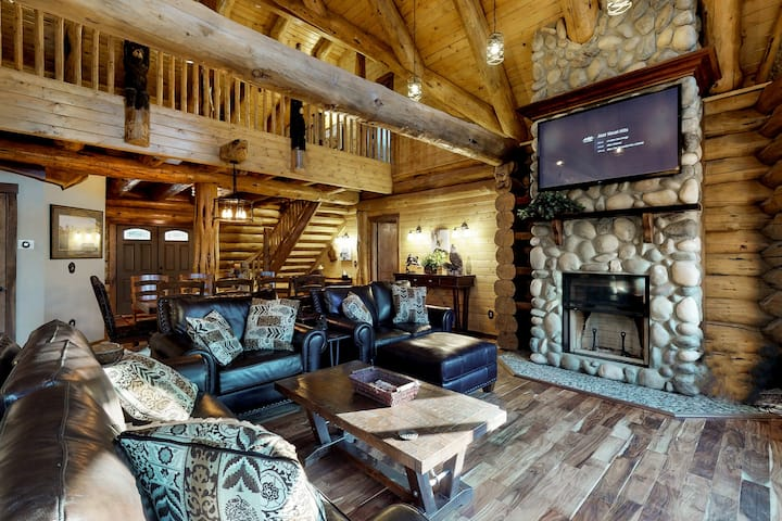 Luxury log home w/ fireplace, forest view - near Leavenworth!