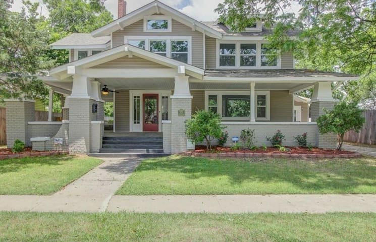 PERFECT HOME ON CAMPUS CORNER **POOL**