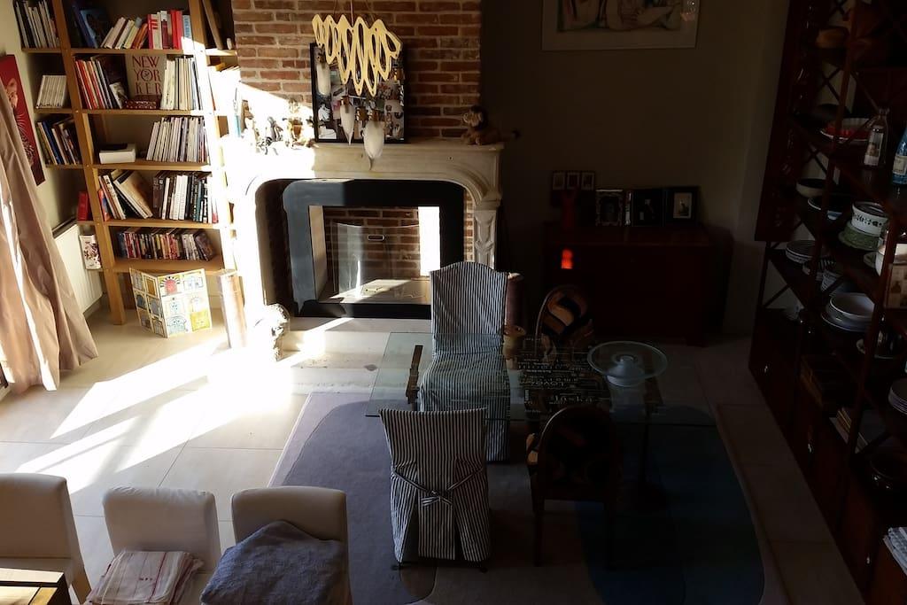 salle à manger avec la cheminée
