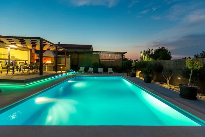 Villa Nina - moderna novoizgrađena vila s bazenom