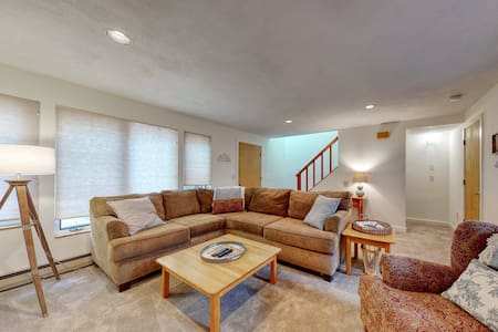New listing! Bright & cozy, family-friendly townhouse w/ a furnished deck