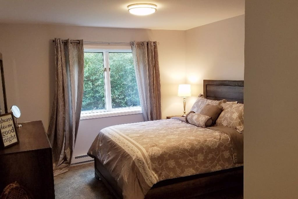 Luxurious  Queen size bed,all linens included.