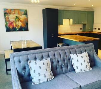 Stylish & Newly Renovated GF Apartment