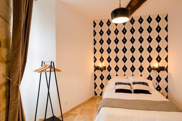Cette charmante chambre de 12m² est dotée d'un lit double de 140cm, ainsi que des rangements nécessaires à votre séjour et de la climatisation.