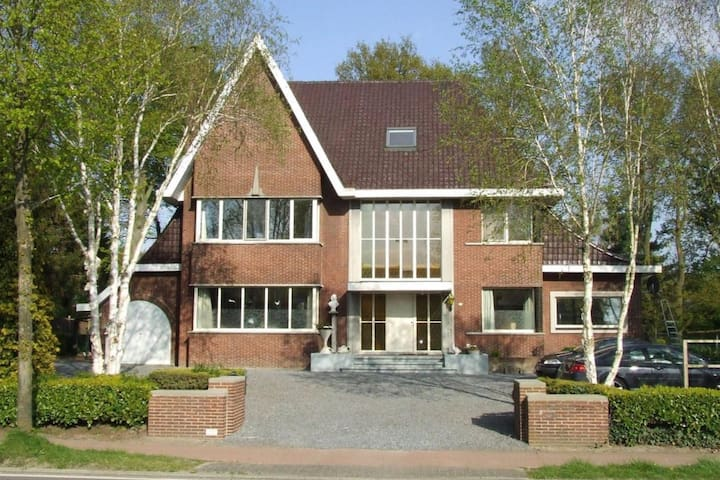 De spreekkamer, 20p-villa met grote omheinde tuin