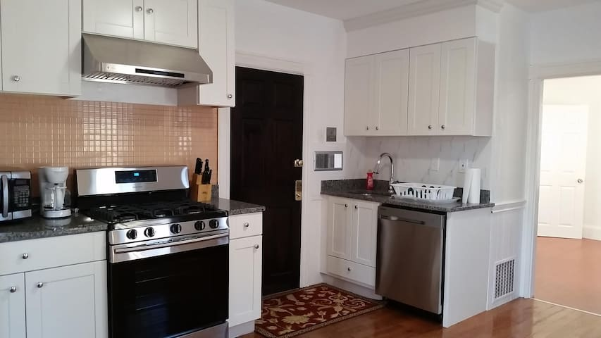 Entire apartment with free parking in Quincy, MA