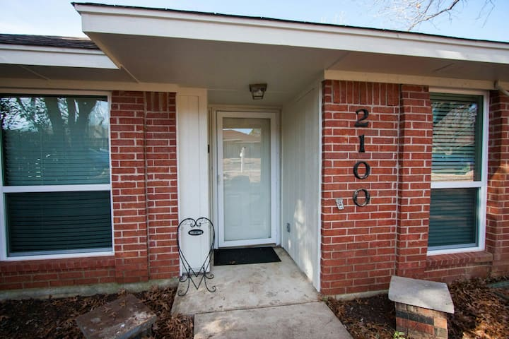 Comfy Family Home Near UNT   3BD