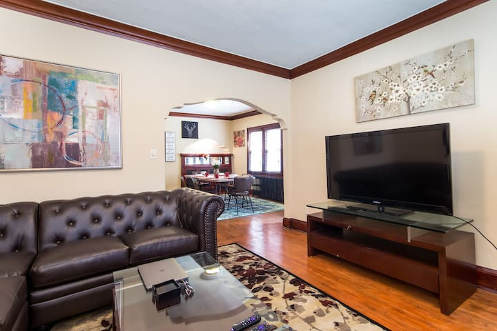 Eclectic 3 Bed Brady St Getaway- Walk Everywhere