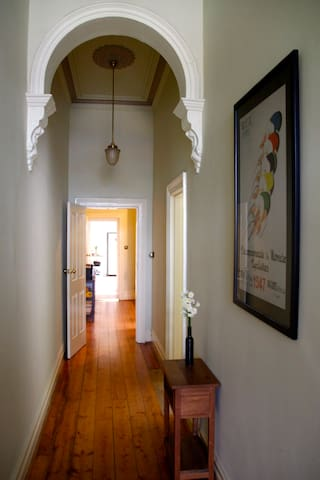 Local Living in Classic Carlton North Terrace - Carlton North - Huis