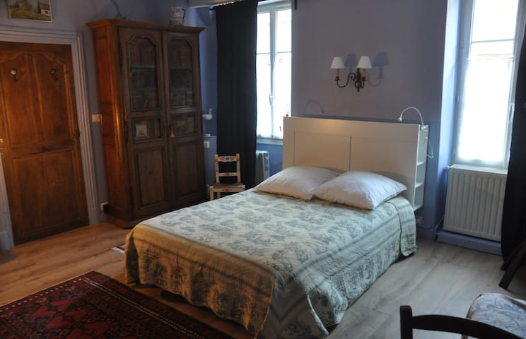 Nice large bedroom in the center of Saulieu.
