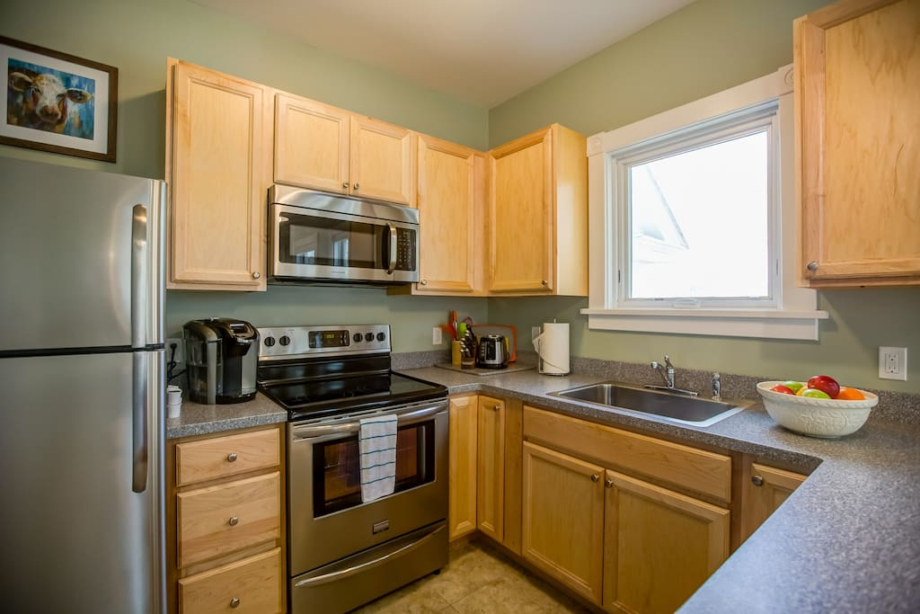 Full size kitchen with dishwasher, microwave, large refrigerator, Keurig coffee maker, toaster, gourmet knives in knife block, and all the kitchen basics.  You will even find pub glasses chilling in your freezer!