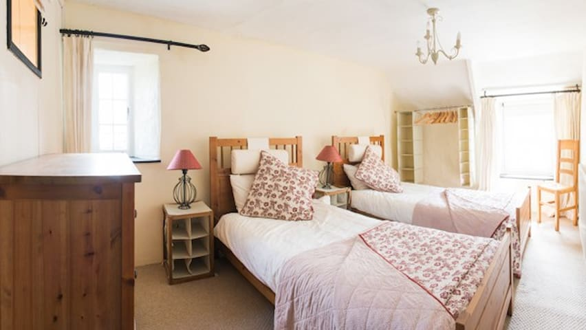 Hope Thatch, luxury thatched cottage near beaches - Malborough - House