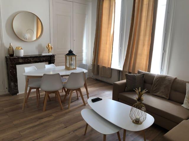 Appartement de caractère avec décoration moderne.
