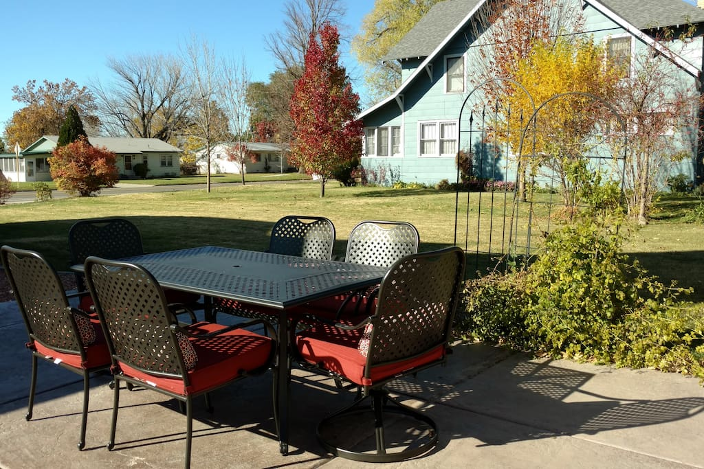 Make your stay in Fruita memorable!  Just 2 blocks to downtown and your own patio dining at it's best with a brand new large BBQ too!