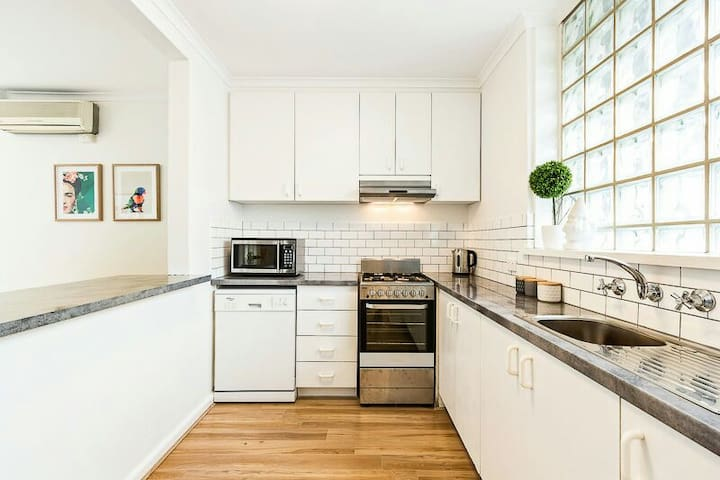 NEW, MODERN, BRIGHT, & CLEAN IN THE ❤ OF ST KILDA! - Saint Kilda - Apartamento