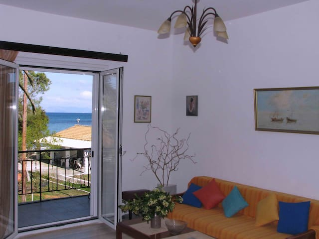 Sea view Beach front quiet Apart for 4 to 6 people - Moraitika - Apartment