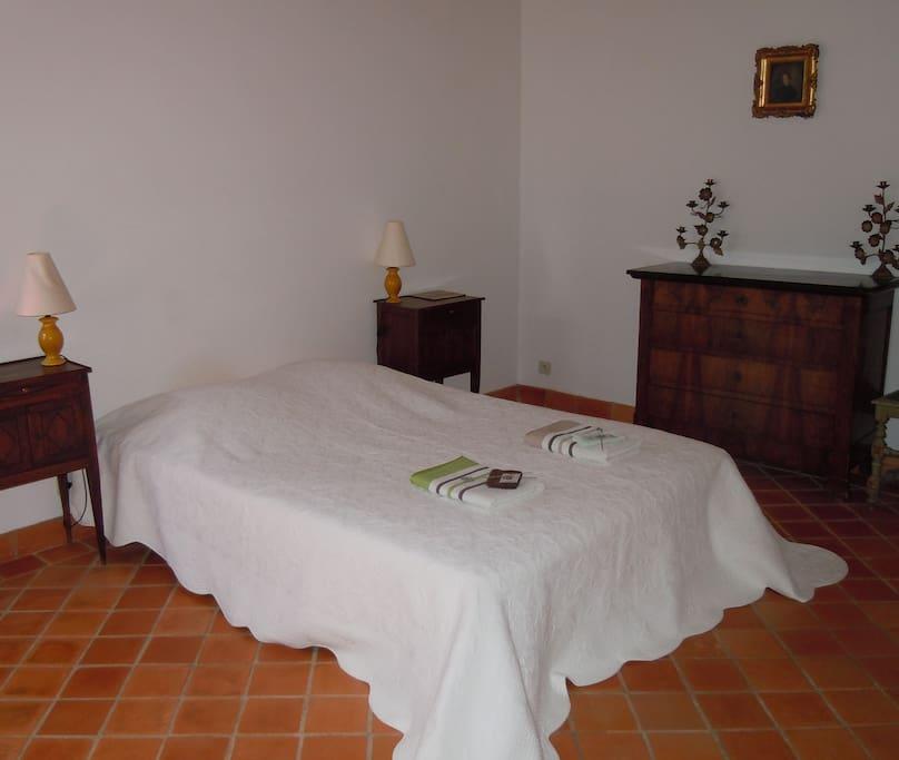 Chambre du bas de la maison avec salle de bain privative et un wc