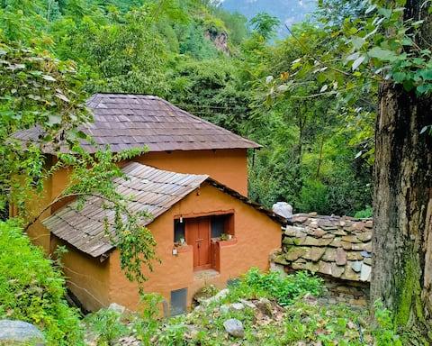 The Dalton's Village Mud Cottage Tirthan