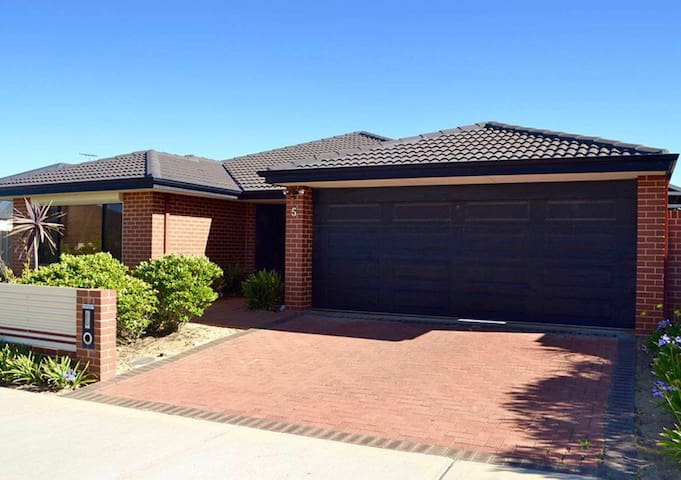 Large modern 4x2 home in rural area - Bullsbrook - Talo