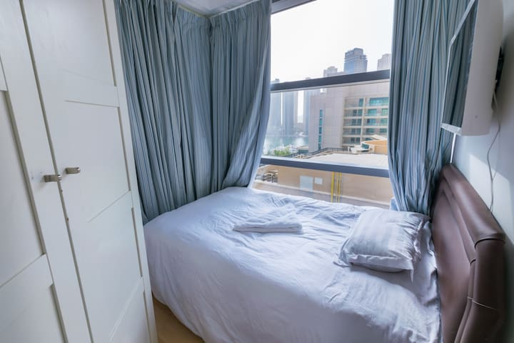 Sunny Single Room for one Man in Dubai Marina.