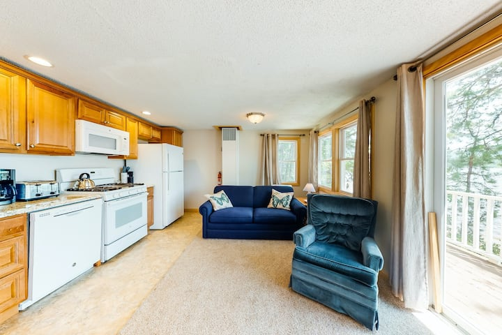 Tranquil, lakefront cottage w/private beach/grill/docks/access to fishing kayaks