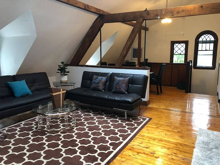 Carriage House, 2 bd, updated, vaulted ceilings.