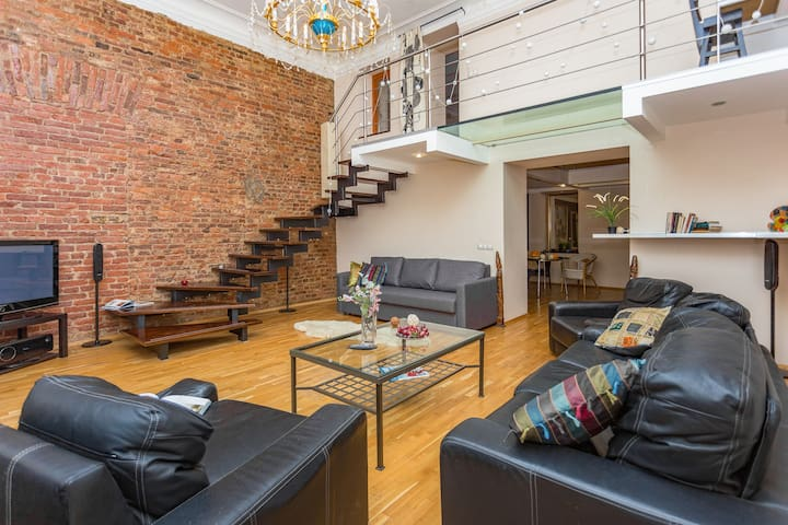 Stylish apt, great location near the Hermitage