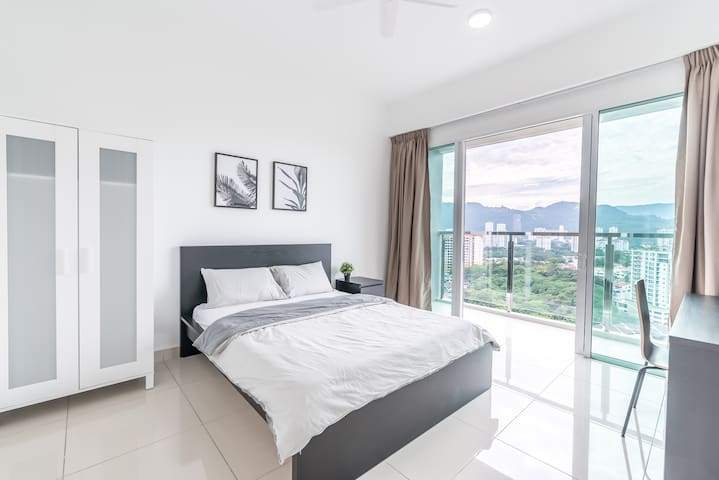 Superb Balcony Room near Queensbay Mall
