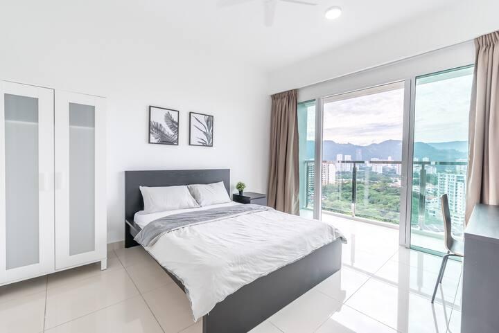 Contemporary Balcony Room near Queensbay Mall