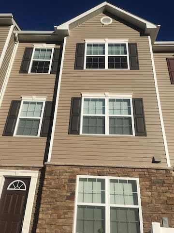 1 Bedroom Modern/New Townhome in Sykesville - Eldersburg - Stadswoning