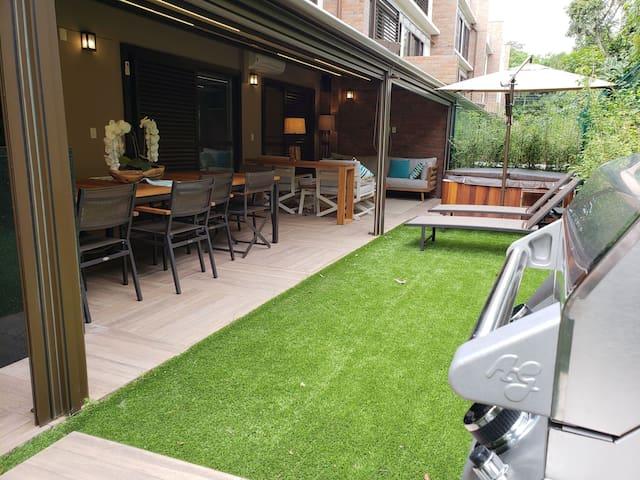 Jardim da varanda com grama sintética para melhor aproveitamento do espaço