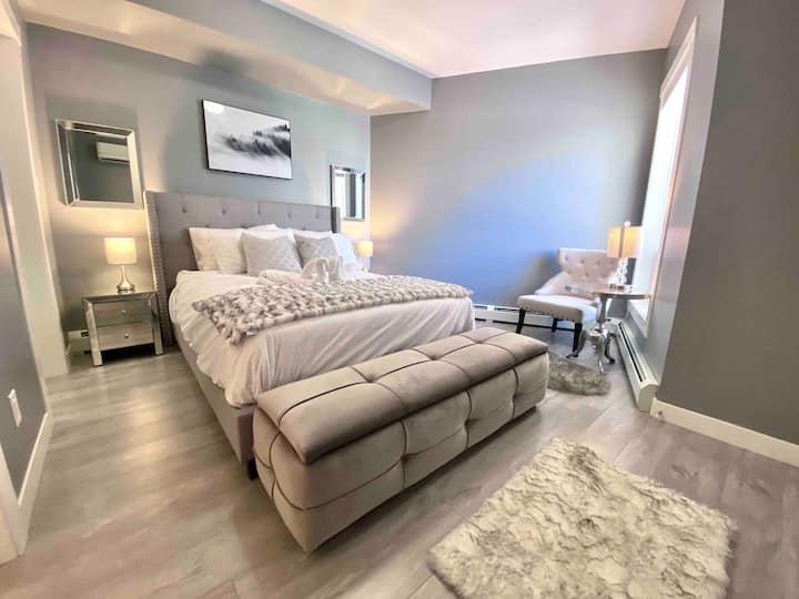 Stunning D/T Rogers place Condo! FREE U/G Parking!