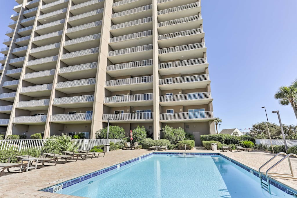Enjoy access to community amenities such as a swimming pool and fitness center!