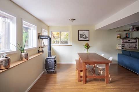 Private Garden Suite in Sunny Uphill Neighbourhood