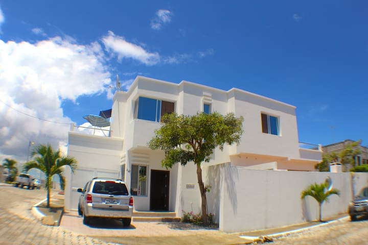 Comfortable modern house 1 block from the beach - Punta Blanca - Holiday home