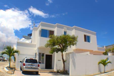 Comfortable modern house 1 block from the beach - Punta Blanca - 度假屋