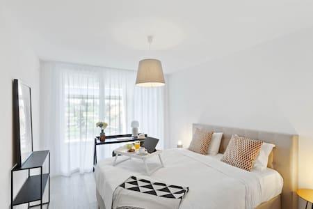 Spacious 1bedroom near EHL w. Parking & Balcony