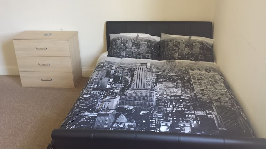 Nice big room just 10 min from the city centre! - Bath - Lejlighed