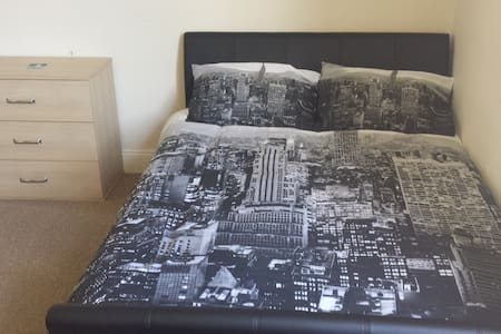 Nice big room just 10 min from the city centre! - Bath