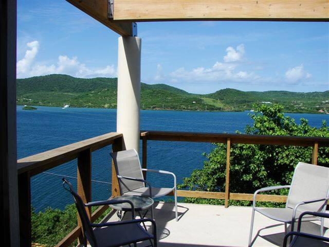 SeaBlue: Modern 2-bedroom villa on the water