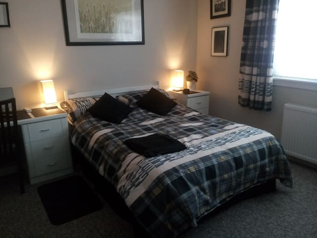 Large Double Room - Rosyth Bungalow (can sleep 3)