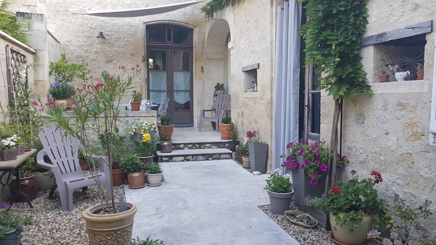 Cœur de cité, chambre dans maison ancienne