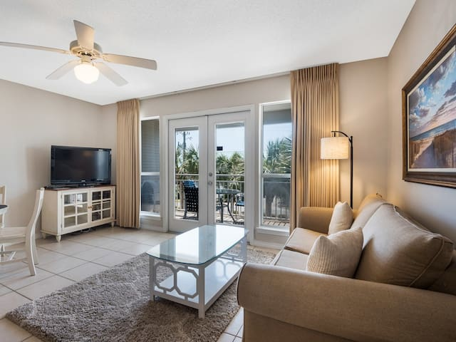 Breathtaking condo, Waterfront views, Minutes to the beach