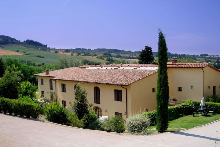This pleasant residence is situated nearby the Tuscan coast