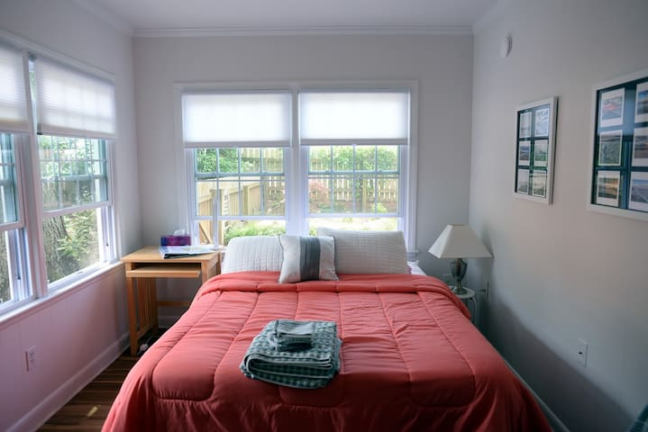 Private room 2.5 blocks from Atlantic Ocean beach