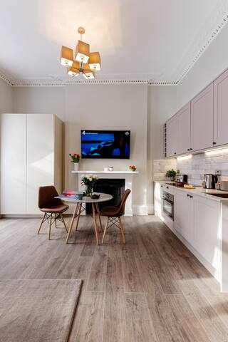 High ceilings, fully equipped kitchen, with washing machine-dryer, minifridge, oven microwave, Nespresso coffee machine, kettle, toaster and kitchenware.