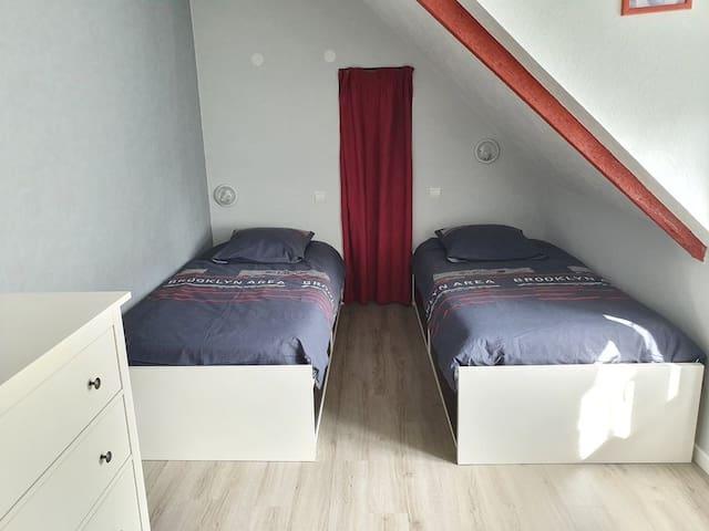 Chambre 2 avec 2 lits simples + un lit supplémentaire si besoin