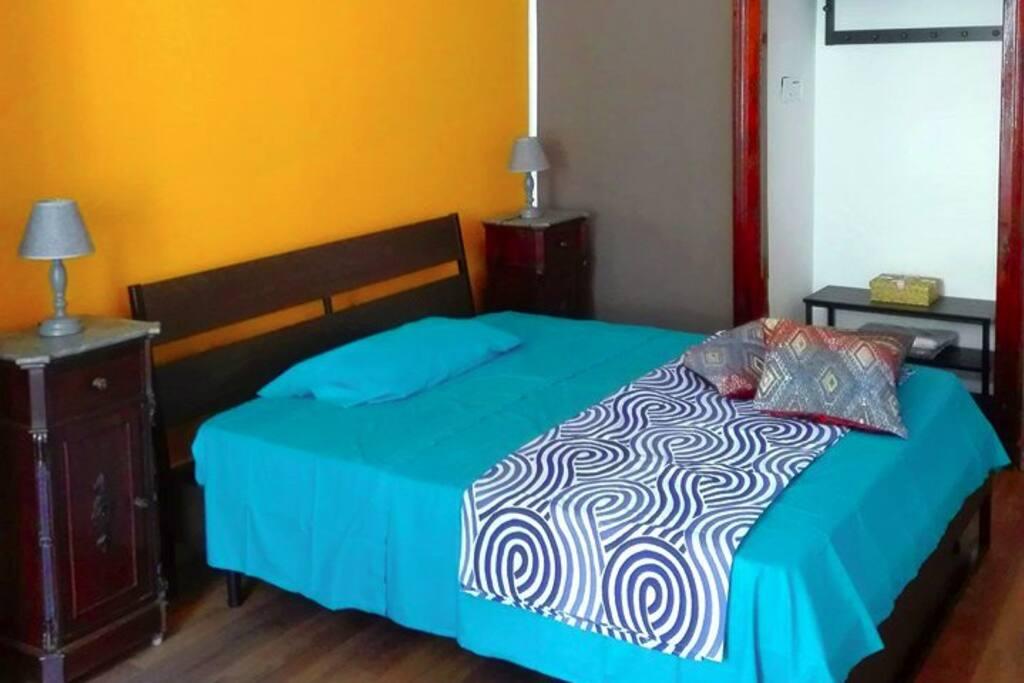 La camera Curcuma è l'ideale per un esperienza napoletana da vivere da soli, in due o in tre aggiungendo un letto singolo