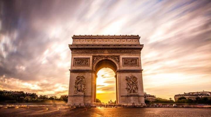 Cosy little boudoir Champs-Elysées Great location.